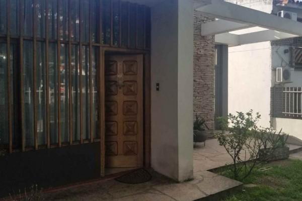 Casa centrica con departamento ideal para transformación para uso multiple comercial o profecional